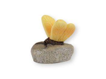 Mini sárga pillangó kavicson műanyag tortadísz szülinap
